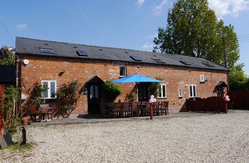 Last Minute Cottages - Shakespeare Lodge - Sleeps 12 with HOT TUB
