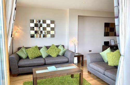 Last Minute Cottages - Ground Floor Apartment  5 (Fistral Beach), Newquay