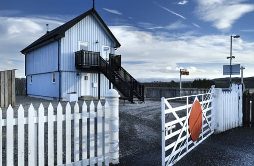Last Minute Cottages - Signal Box