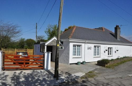 Last Minute Cottages - Cornish Cottage. A mile from the beach.  1/3rd acre Garden and Summer House.