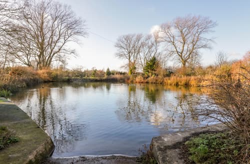 Last Minute Cottages - Pond View at Pakefield Hall