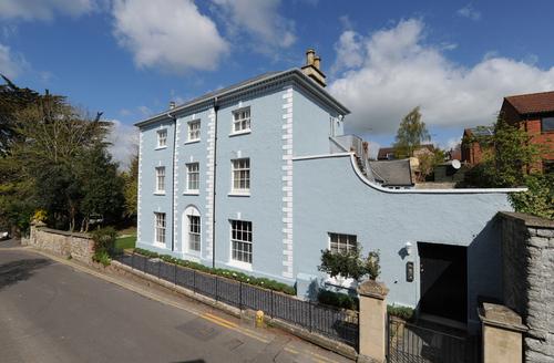 Snaptrip - Last minute cottages - Luxury Glastonbury Apartment S9208 -