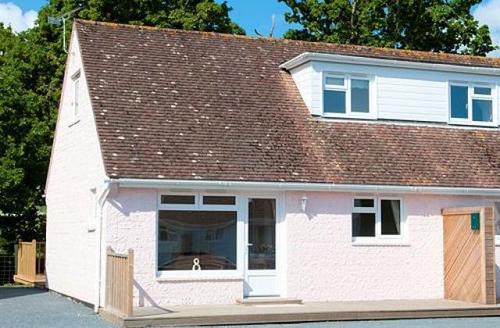 Snaptrip - Last minute cottages - Captivating Seaview Cottage S9163 -