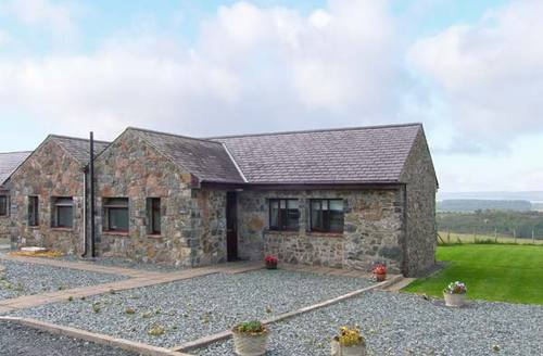 Snaptrip - Last minute cottages - Stunning Llangaffo Cottage S9553 -