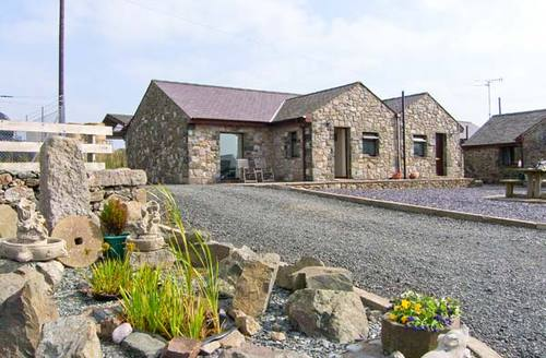 Snaptrip - Last minute cottages - Cosy Llangaffo Cottage S9557 -