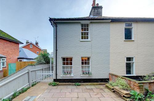 Snaptrip - Last minute cottages - Luxury Woodbridge Rental S9936 - Exterior - View 1