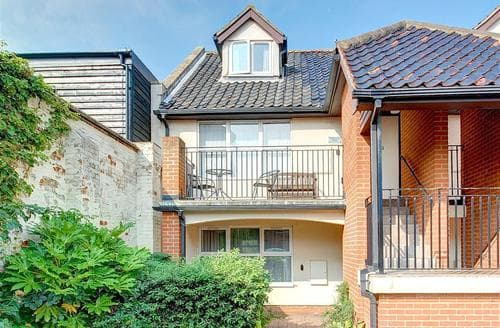 Snaptrip - Last minute cottages - Exquisite Aldeburgh Rental S9940 - Face on exterior