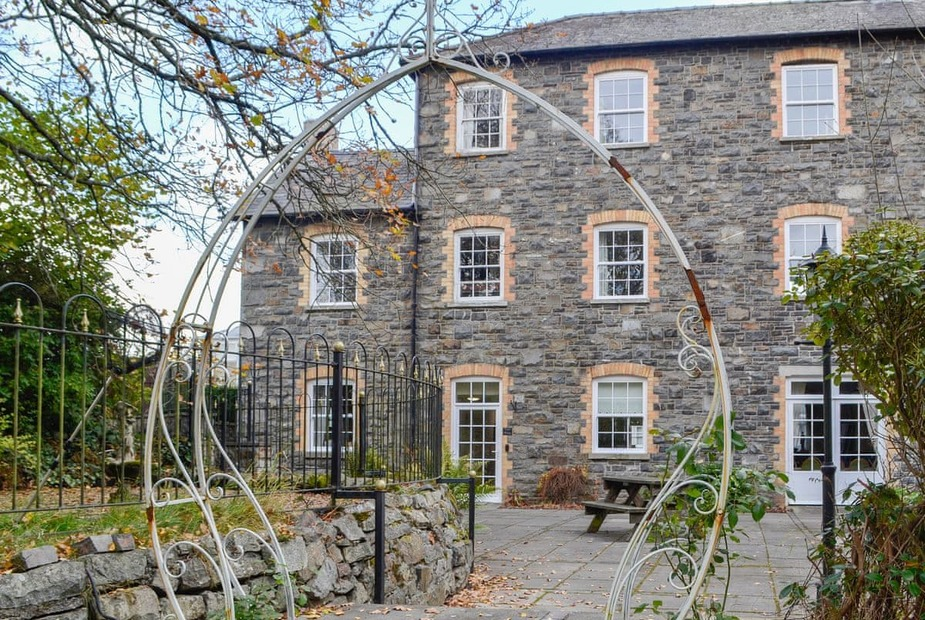 East Wing - UK10245 Lovely holiday accommodation in the wing of the main estate house | East Wing - Carreg Llwyd Place, Rhayader