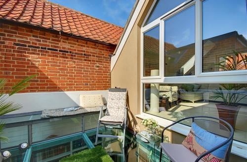 Snaptrip - Last minute cottages - Excellent Southwold Rental S9981 - Roof top courtyard