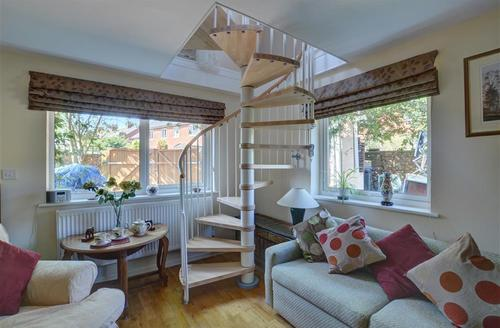 Snaptrip - Last minute cottages - Gorgeous Bury St Edmunds Rental S10038 - Sitting Area - View 3