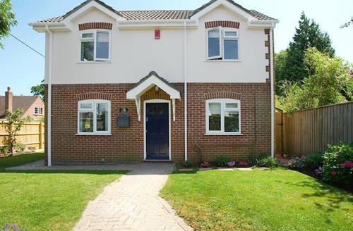 Snaptrip - Last minute cottages - Lovely Lymington Cottage S72298 -
