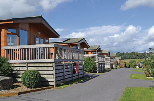 Snaptrip - Last minute cottages - Delightful Dawlish Lodge S72341 - Typical Oak Lodge<br />