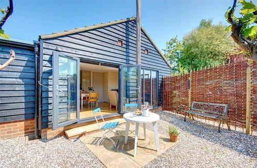Snaptrip - Last minute cottages - Adorable Woodbridge Rental S10120 - Exterior - View 1