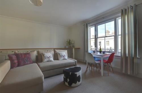 Snaptrip - Last minute cottages - Gorgeous Hove Apartment S72716 - BBHIDE - Sitting Room