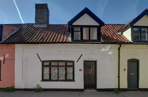 Snaptrip - Last minute cottages - Excellent Southwold Rental S10189 - Exterior - View 1