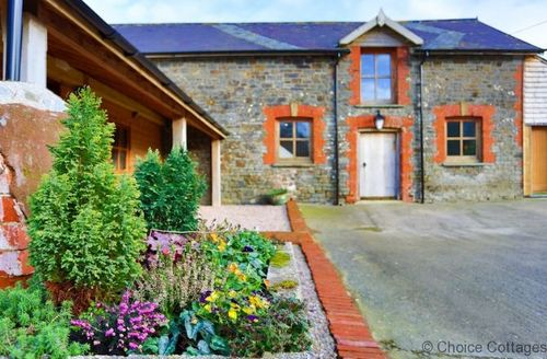 Snaptrip - Last minute cottages - Splendid North Devon Cottage S73593 - Spacious Courtyard with ample parking