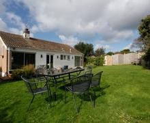 Snaptrip - Last minute cottages - Tasteful Croyde Cottage S73622 - Front and rear lawned garden