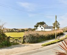 Snaptrip - Last minute cottages - Gorgeous Croyde Apartment S73644 - View from the bottom of the driveway out to Croyde Bay