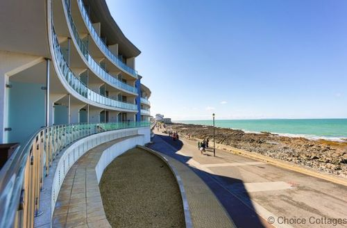 Snaptrip - Last minute cottages - Inviting Westward Ho! Apartment S73672 -