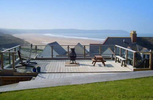 Snaptrip - Last minute cottages - Cosy Mortehoe Cottage S73683 - Decking with tables and chairs, perfect for a BBQ