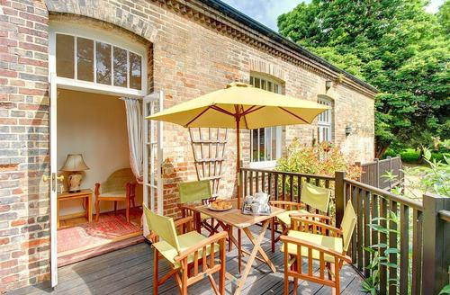 Snaptrip - Last minute cottages - Charming Bury St Edmunds Rental S10245 - Decking - View 2