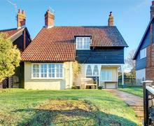 Snaptrip - Last minute cottages - Gorgeous Thorpeness Rental S10283 - Front view from the path