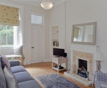 Snaptrip - Last minute cottages - Lovely Edinburgh Apartment S74950 -