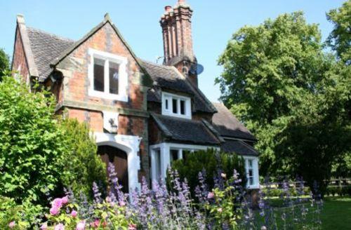 Snaptrip - Last minute cottages - Excellent Burton On Trent Lodge S74990 -