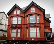 Snaptrip - Last minute cottages - Lovely Blackpool Apartment S74995 -