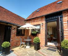 Snaptrip - Last minute cottages - Tasteful Tonbridge Rental S10378 - TS720 External seating area