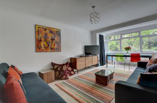 Snaptrip - Last minute cottages - Cosy Hove Apartment S57770 - BBEAT - Sitting Room