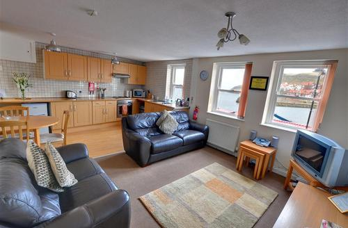 Snaptrip - Last minute cottages - Tasteful Whitby Rental S10850 - Lounge/Kitchen - View 1