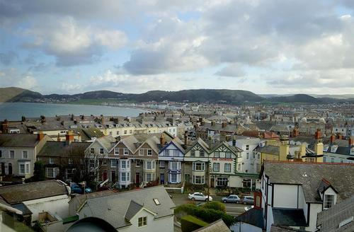Snaptrip - Last minute cottages - Cosy Llandudno Apartment S26913 - Sea-View-Lounge-view-15