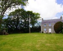Snaptrip - Last minute cottages - Superb Pwllheli Cottage S26903 - Glan-Morfa-Dining-exterior-14