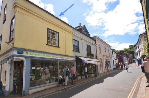 Snaptrip - Last minute cottages - Lovely South Devon Totnes Apartment S60338 - 94 Fore St ext cropped with arrow_R