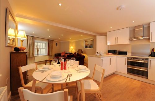 Snaptrip - Last minute cottages - Tasteful Wells Mews S1009 - Open plan living/kitchen/dining area