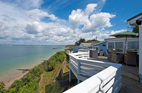 Snaptrip - Last minute cottages - Splendid Totland Bay Peter S1017 - Panoramic sea views from the balcony of Blue Peter