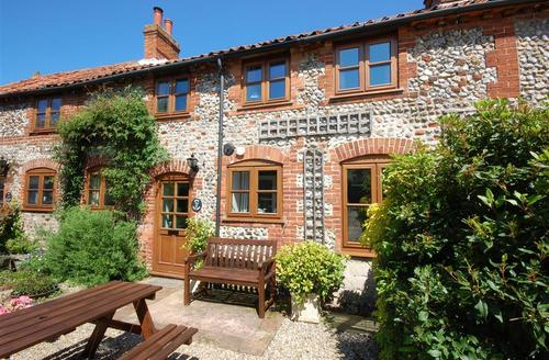 Snaptrip - Last minute cottages - Attractive Binham Rental S11733 - External