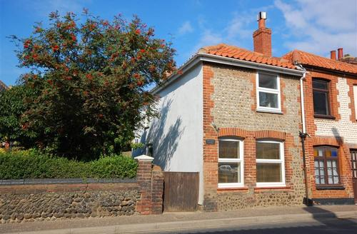 Snaptrip - Last minute cottages - Gorgeous East Runton Rental S11780 - Exterior - View 1