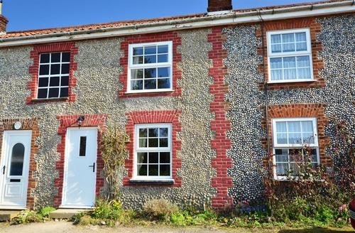 Snaptrip - Last minute cottages - Quaint Bacton Rental S12016 - Exterior