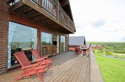 Snaptrip - Last minute cottages - Captivating Saint Columb Lodge S1055 - Furnished balcony with countryside views