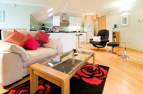 Snaptrip - Last minute cottages - Beautiful Saint Austell Court S1065 - Open plan living/dining area