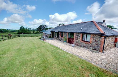 Snaptrip - Last minute cottages - Wonderful Torrington Rental S12185 - External - View 1