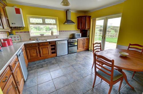 Snaptrip - Last minute cottages - Superb Bridgend Rental S12632 - WAY217 - Breakfast Kitchen
