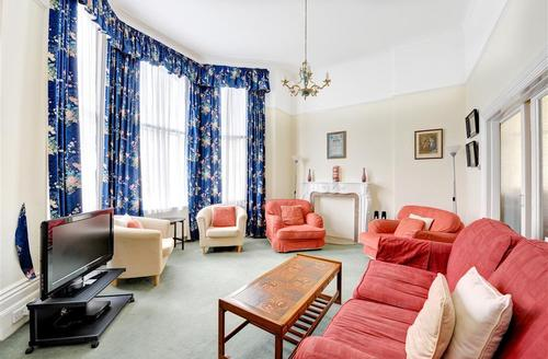 Snaptrip - Last minute cottages - Stunning Hove Rental S12645 - Living Room - View 2