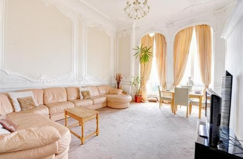 Snaptrip - Last minute cottages - Beautiful Hove Rental S12654 - Living Room
