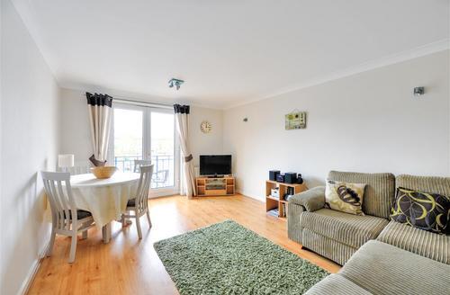 Snaptrip - Last minute cottages - Inviting Brighton Marina Village Rental S12678 - Living Room