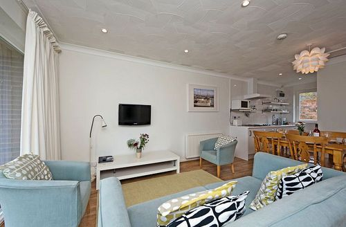 Snaptrip - Last minute cottages - Captivating Freshwater Cottage S1142 - Living area