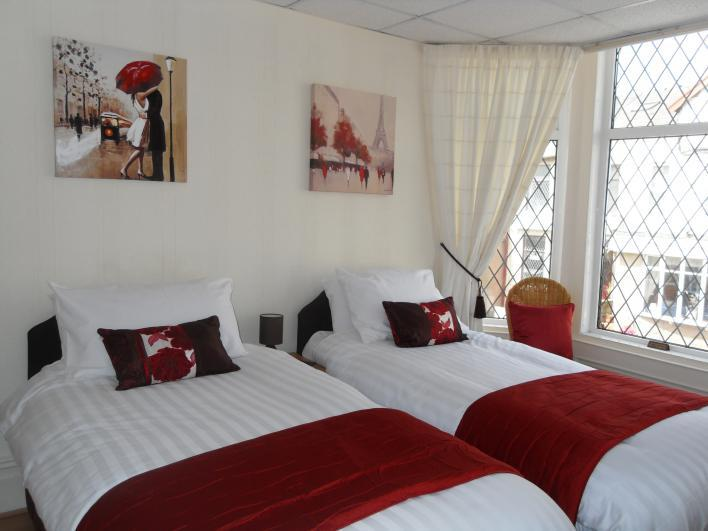 Room 4 - Twin with private bathroom, free WiFi, Freeview TV and tea/coffee  - The Cardoun