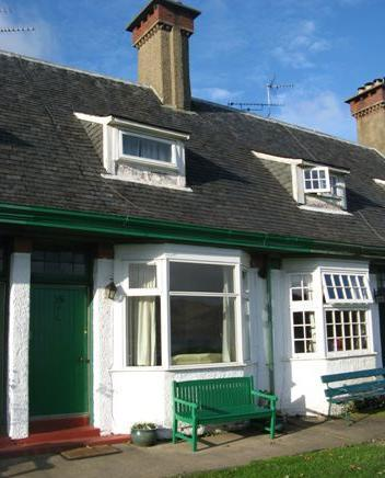 Cosey Cottage Delightful mid-terrace cottage on historic Hamilton Terrace in Lamlash.